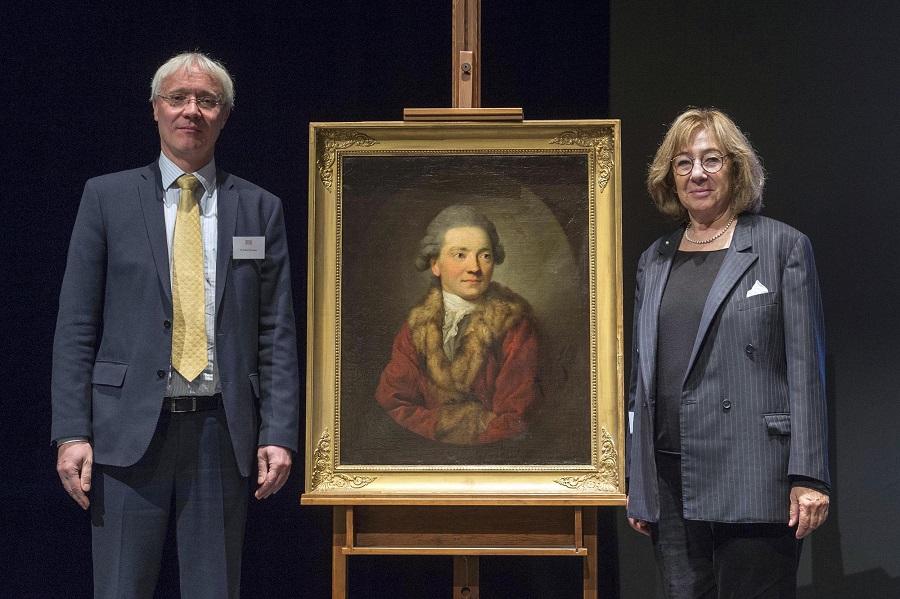 <p>Gisbert Porstmann, Direktor der Museen der Stadt Dresden, überreichte das Gemälde an Akademie-Präsidentin Jeanine Meerapfel / © Stefan Gloede</p>